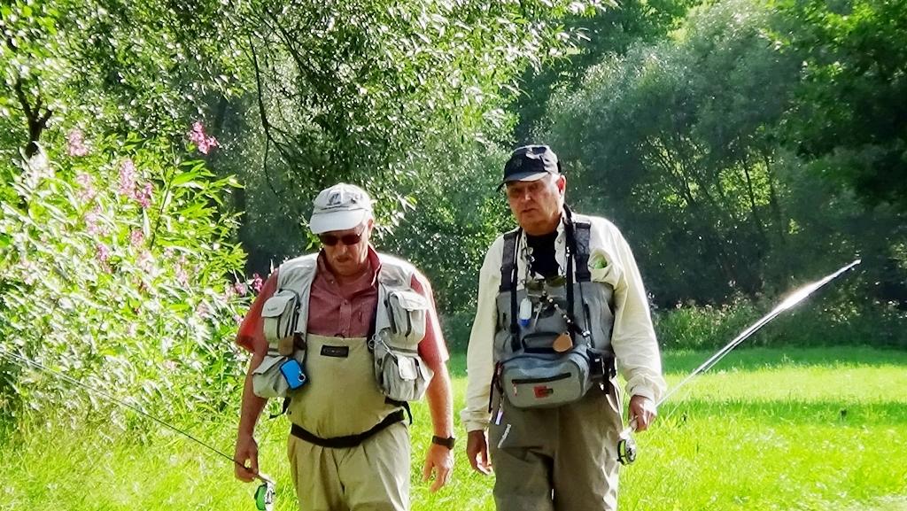Fliegenfischen im weißen Regen. Hans und Konrad unterwegs zum Fliegenfischen, Bayerischer Wald, Anfang August 2014.